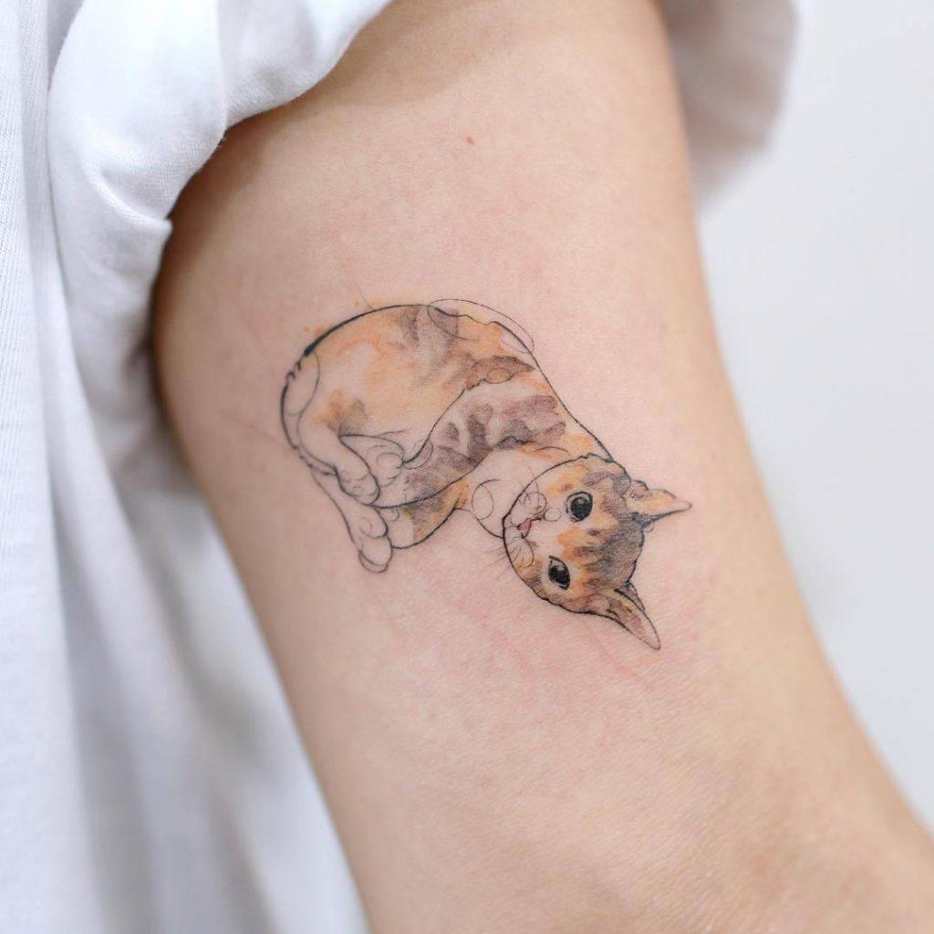 Tatouage de bras de chat abstrait