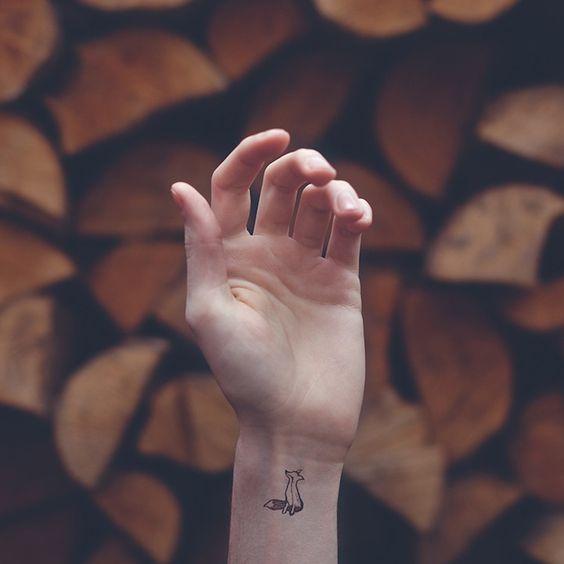 Tatouage géométrique au poignet de renard
