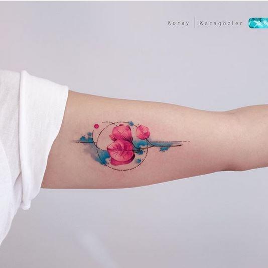 Beau tatouage de bras de bougainvilliers
