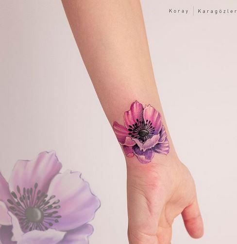 Tatouage de poignet de fleur dégradé