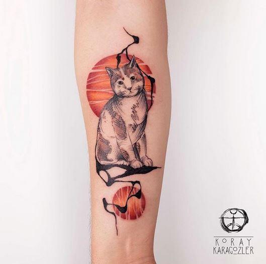 Tatouage avant-bras de chat fragmentaire