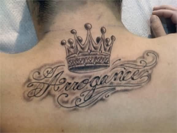 tatouage de roi beau roi de l'arrogance sur le dos