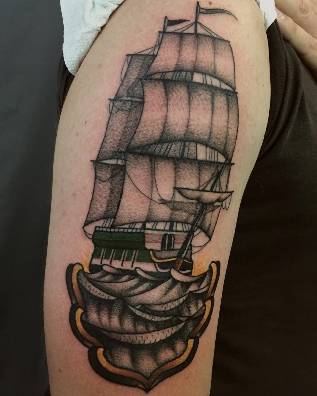 tatouage de navire de style traditionnel al garçon